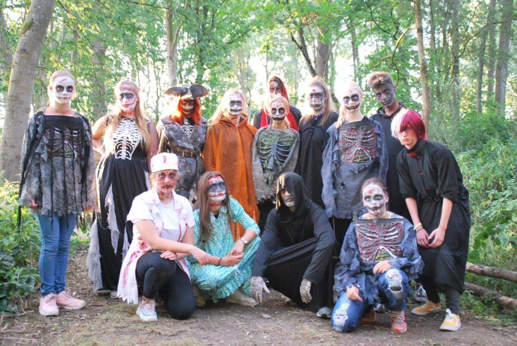 Een groep tieners verkleed als monsters op een tienercamping in Nederland