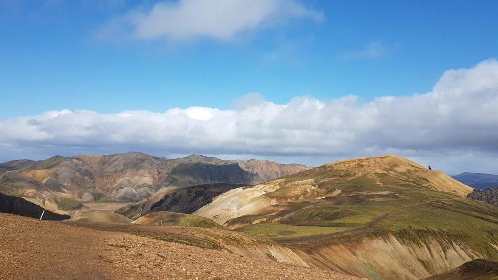 de heuvels tijdens de Laugavegur Trail met een mooie blauwe lucht met wolken
