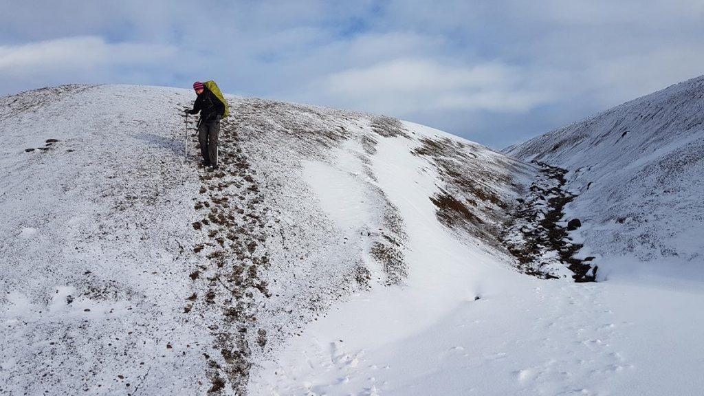 afdalen van een sneeuwberg tijdens de Laugavegur Trail in IJsland