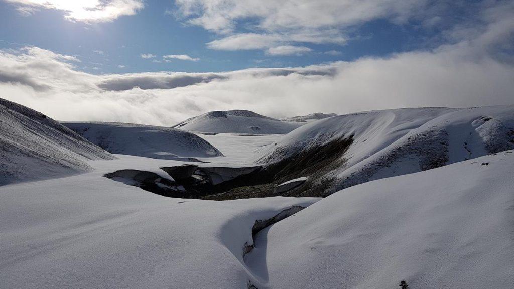 wandelen over sneeuwvlaktes tijdens de Laugavegur Trail