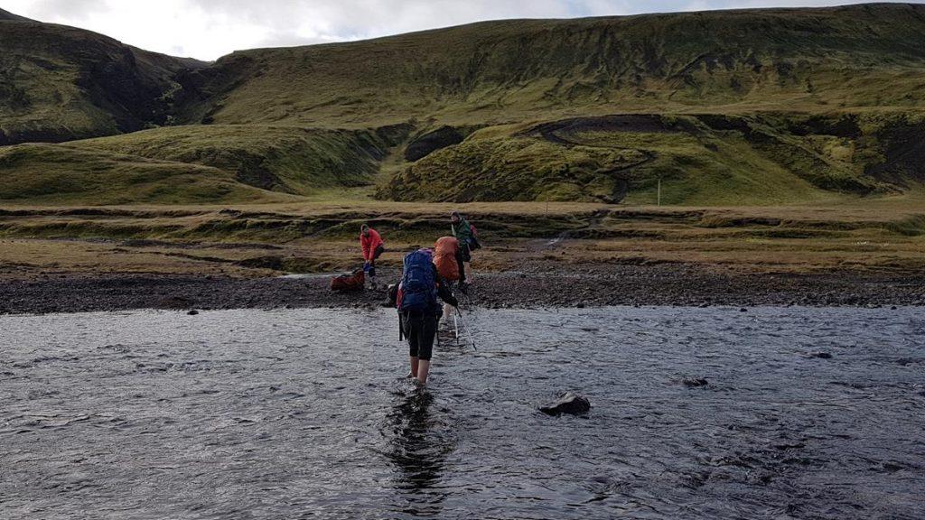 op blote voeten door een ijskoud riviertje lopen tijdens de Laugavegur trail
