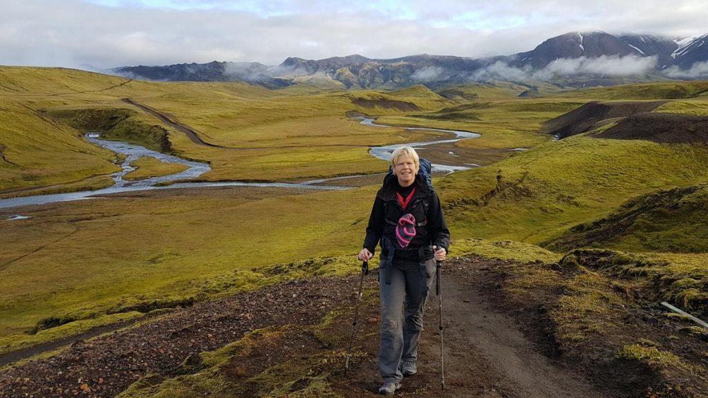 de Laugavegur Trail wandelen met nordic poles door de groene vallei met kleine riviertjes