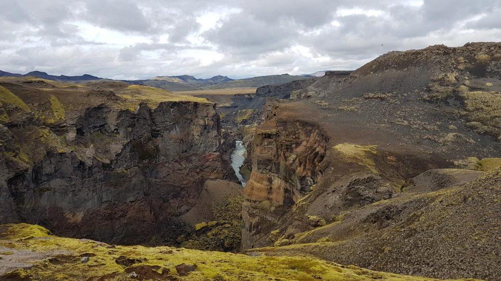 Wandelen langs een hele diepe kloof bij Emstrur in IJsland