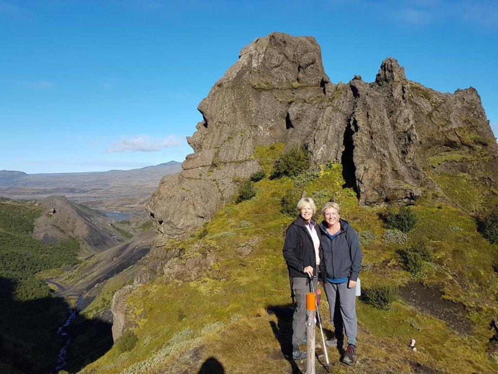 op de top van de berg met een mooie blauwe lucht en een weids uitzicht over de lavavelden