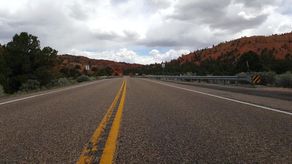 de weg van Zion naar Bryce Canyon