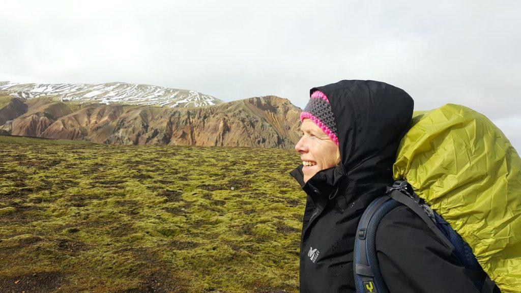 wandelen met de rugzak door het groene afwisselende landschap in IJsland