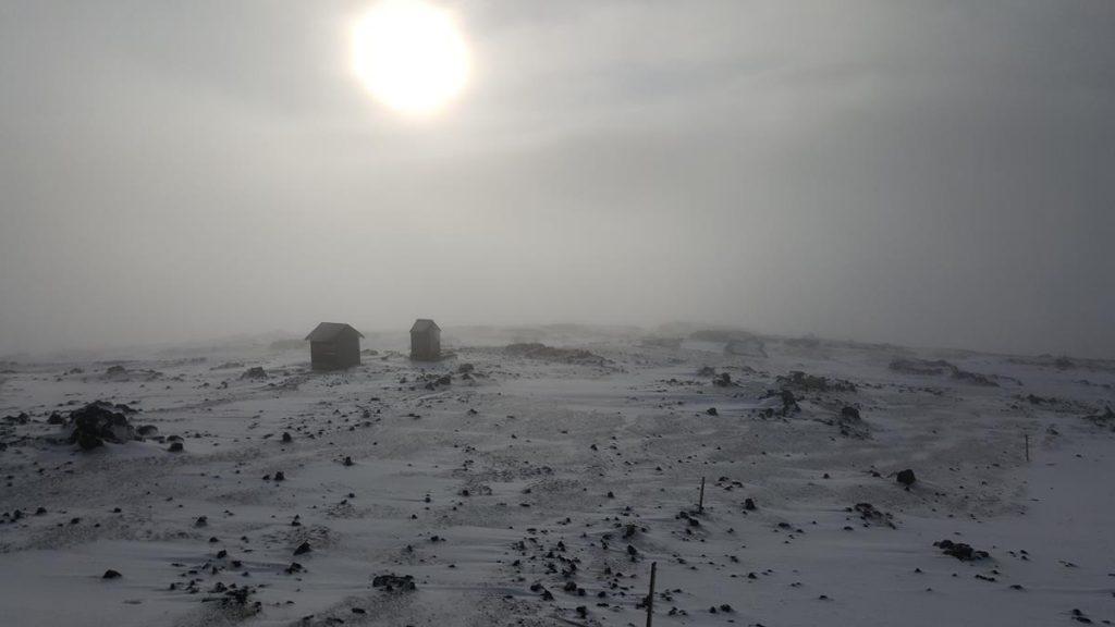 sanitair gebouwtjes in de sneeuw bij de eerste hut in het vroege ochtendlicht