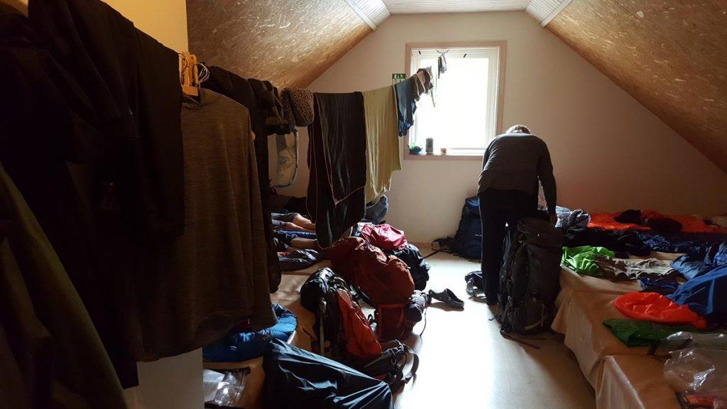 de slaapzaal van een hut, aan beide kanten bedden en een touwtje voor de was in het midden tijdens de huttentocht in IJsland