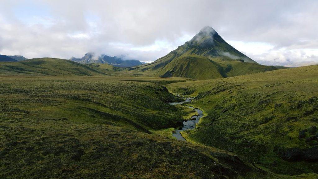 Mooie groene vallei tijdens de Laugavegurtrail met een riviertje en groene bergen