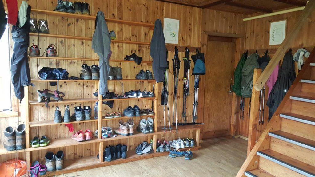 de eerste ruimte in een hut tijdens de hike in IJsland is een plek waar je de schoenen kan neerzetten
