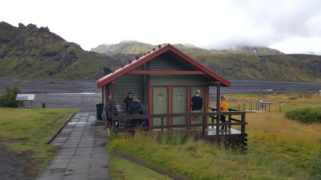wachten bij het douchehokje bij de hut in Thorsmorck, de laatste hut van de huttentocht in IJsland