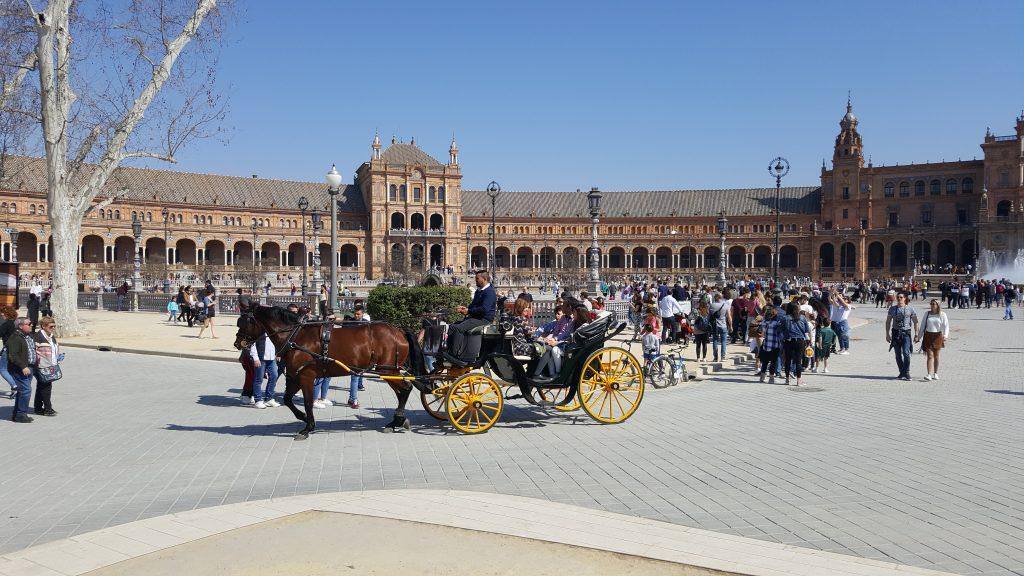 plaza de Espana, Sevilla, met tieners op vakantie