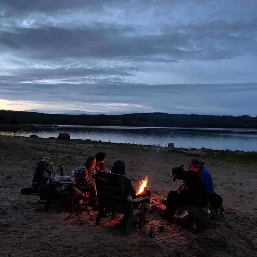 met tieners een kampvuur maken in Zweden