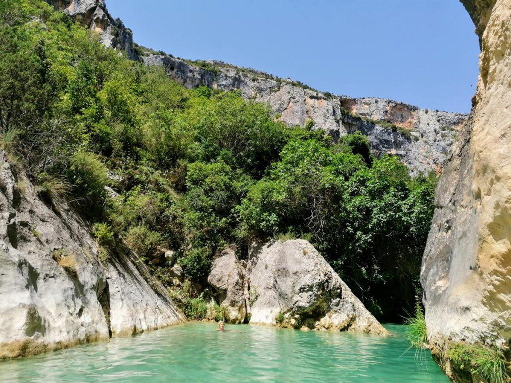 helder riviertje in een berggebied