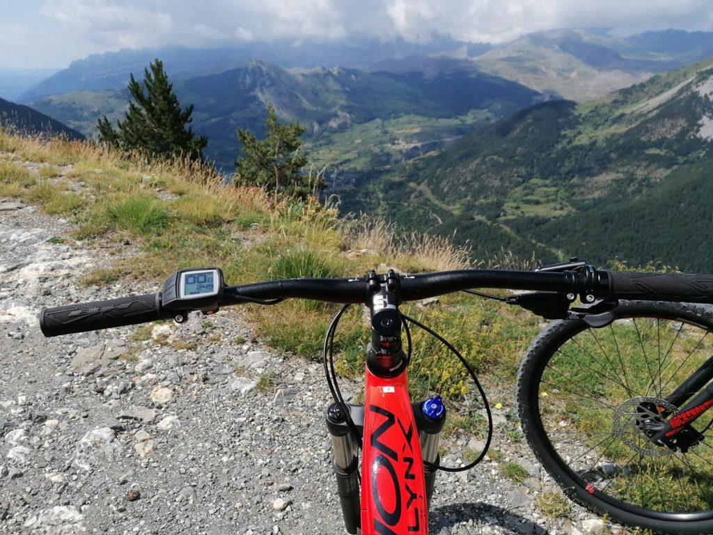 stuur van mountainbike met de bergen als utizicht