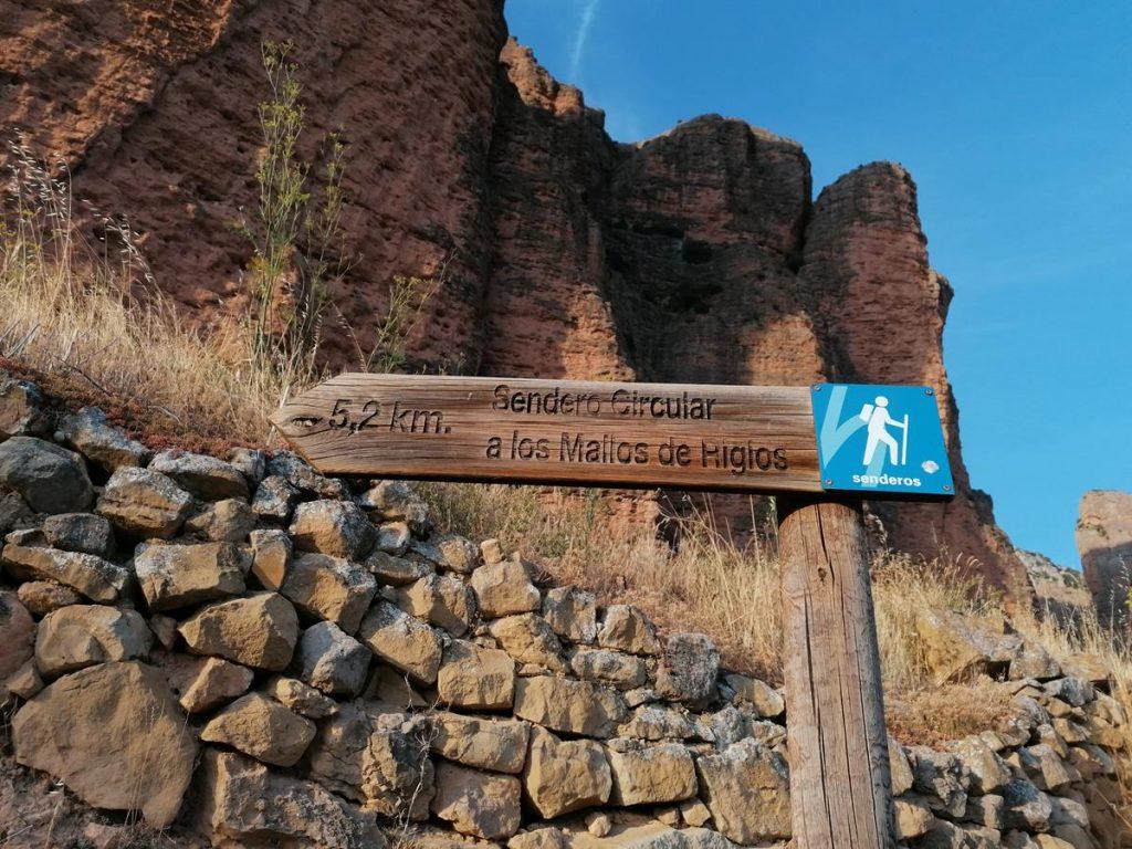 wegwijzerbordje voor de wandeling langs de Mallos de Riglos