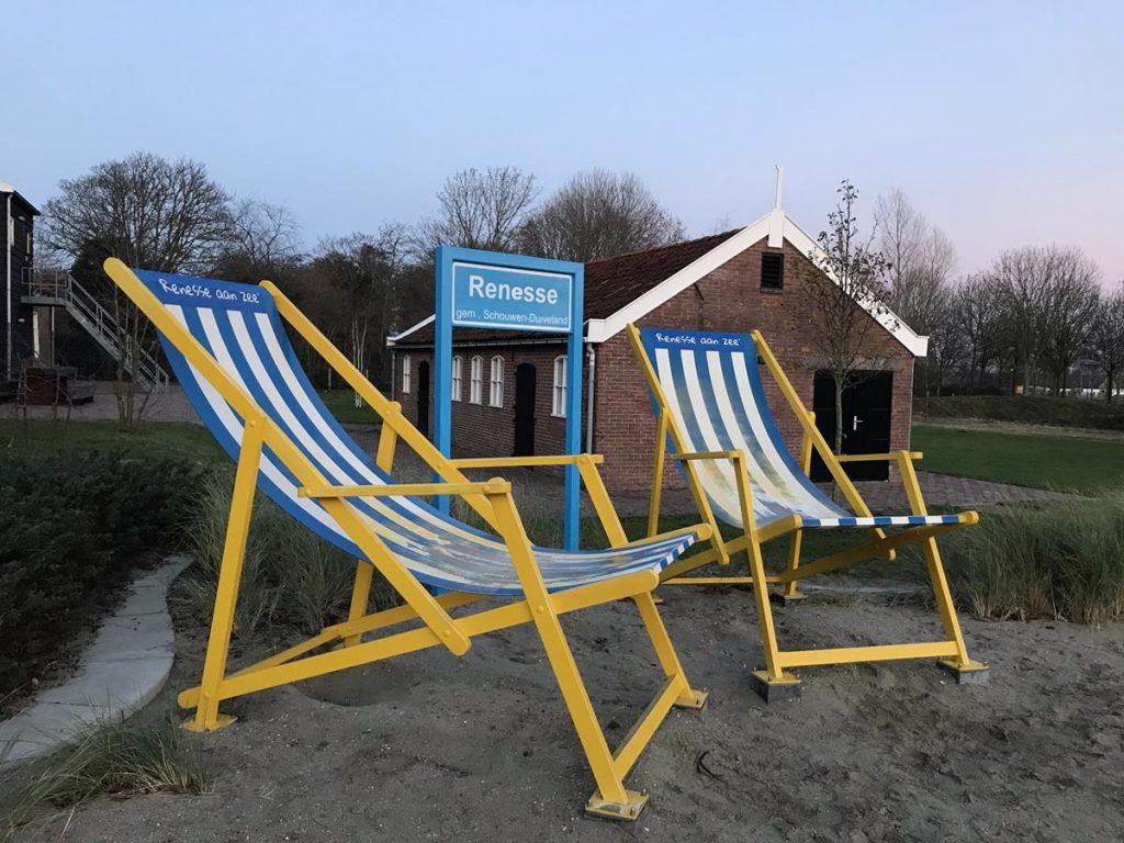 de grote strandstoelen bij binnenkomst in Renesse