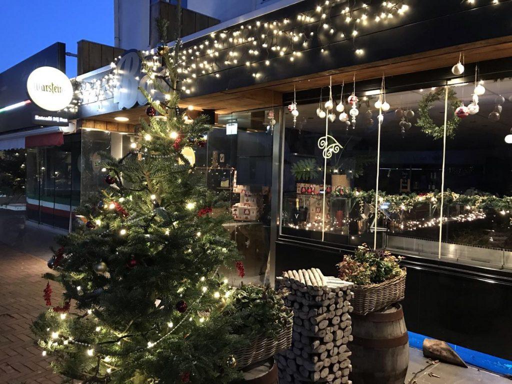 gezellige kerstlichtjes in de winkels in Renesse