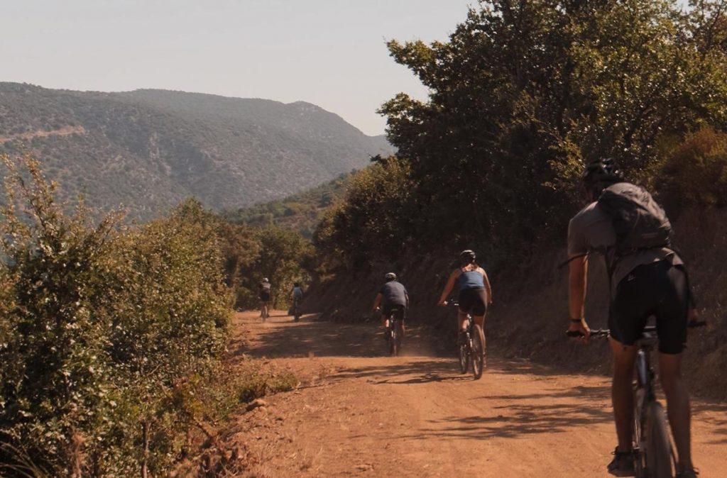 mountainbiken met tieners
