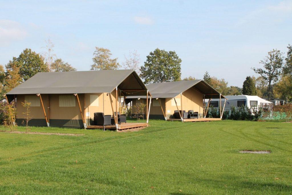 kamperen met tieners in een safaritent