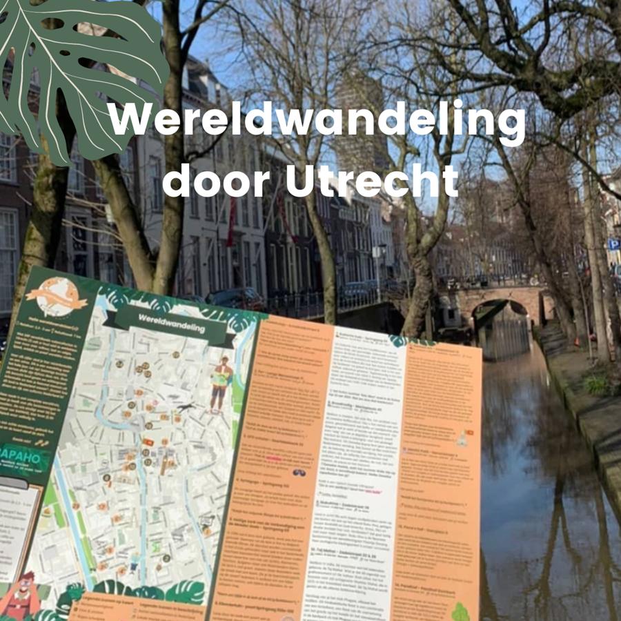 met tieners wandelen door Utrecht